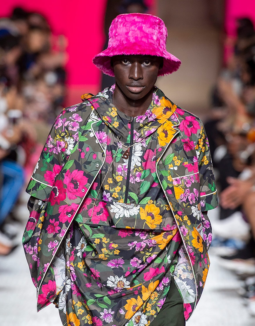 modèle portant un bob pendant le défilé homme Valentino SS19