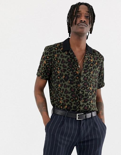 Mann in Leoparden-Hemd von ASOS DESIGN