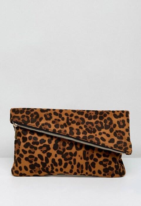 Clutch con solapa y estampado de leopardo de ASOS. El accesorio de la temporada que necesitas para tus looks de día y de noche. Moda y tendencias OI17.