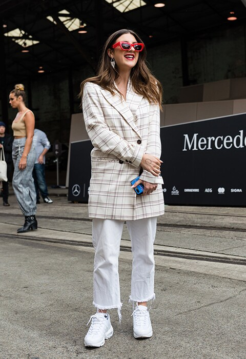pantalon blanc baskets épaisses blazer sydney fashion week
