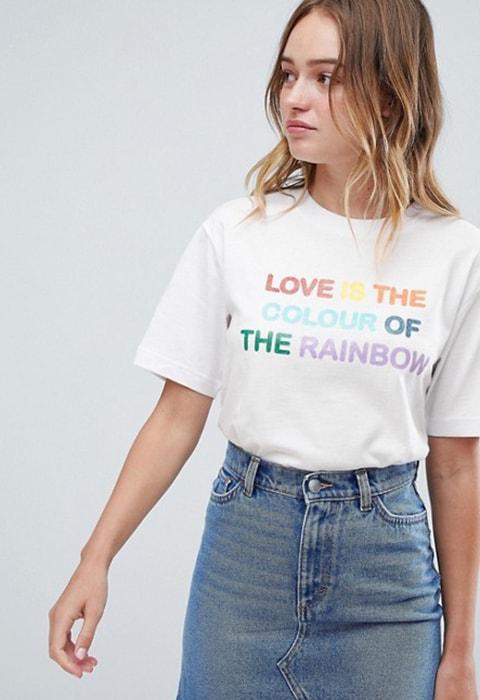 Camiseta blanca con eslogan de Monki. Camisetas con mensaje feminista. Tendencias primavera verano 2018.