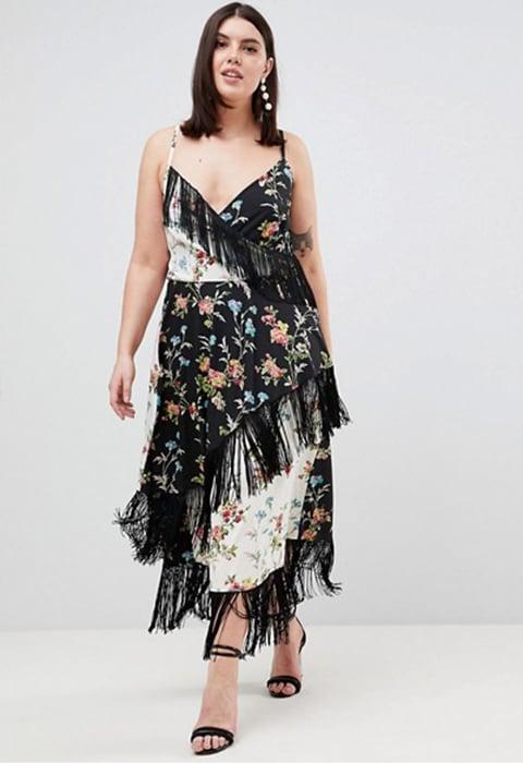 Vestido midi de tirantes con flecos y estampado floral variado de ASOS DESIGN Curve. Look de invitada con vestido de flecos. Los flecos, la tendencia que arrasa este verano 2018.