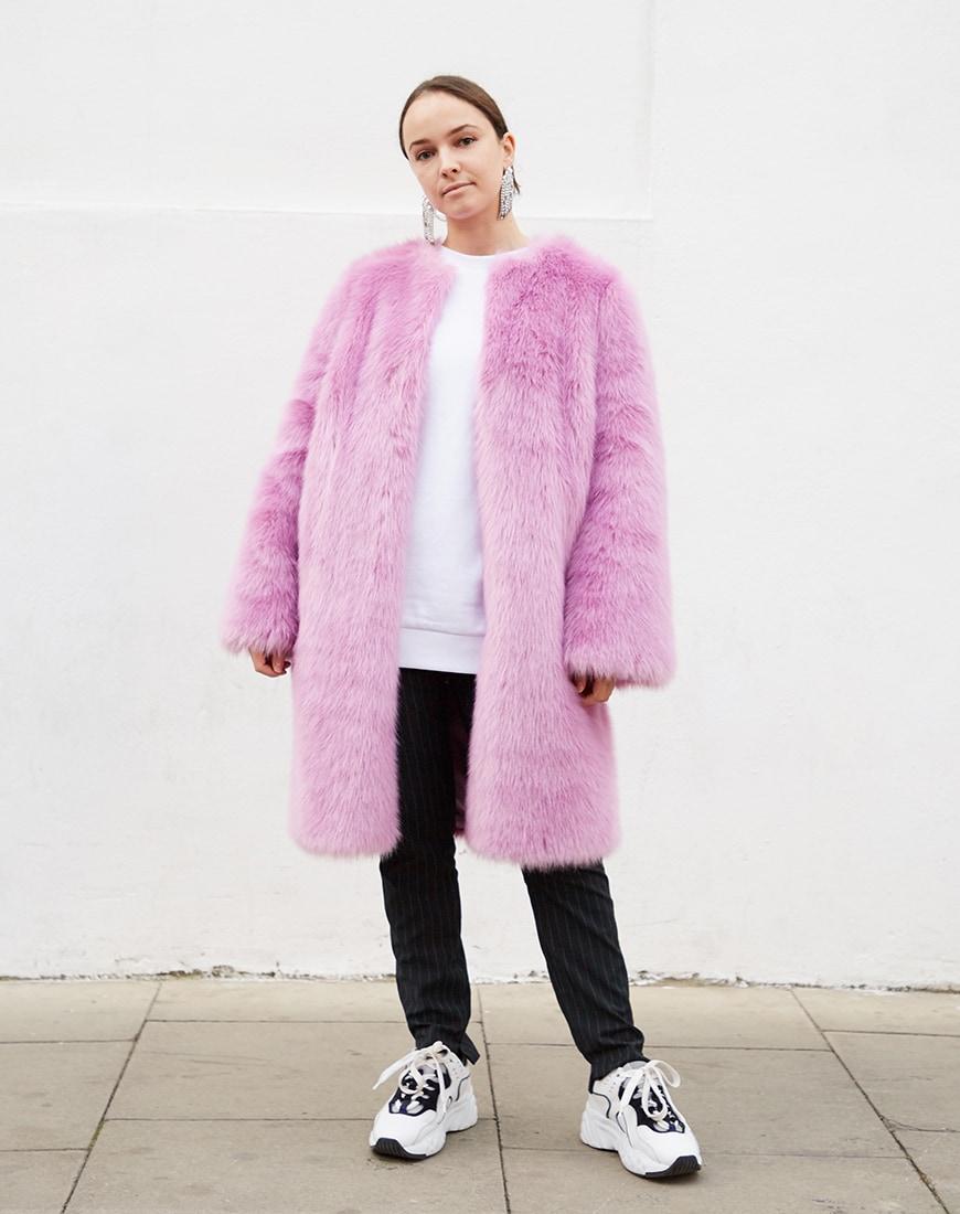 Manteau en fausse fourrure rose et baskets dadcore disponibles sur asos