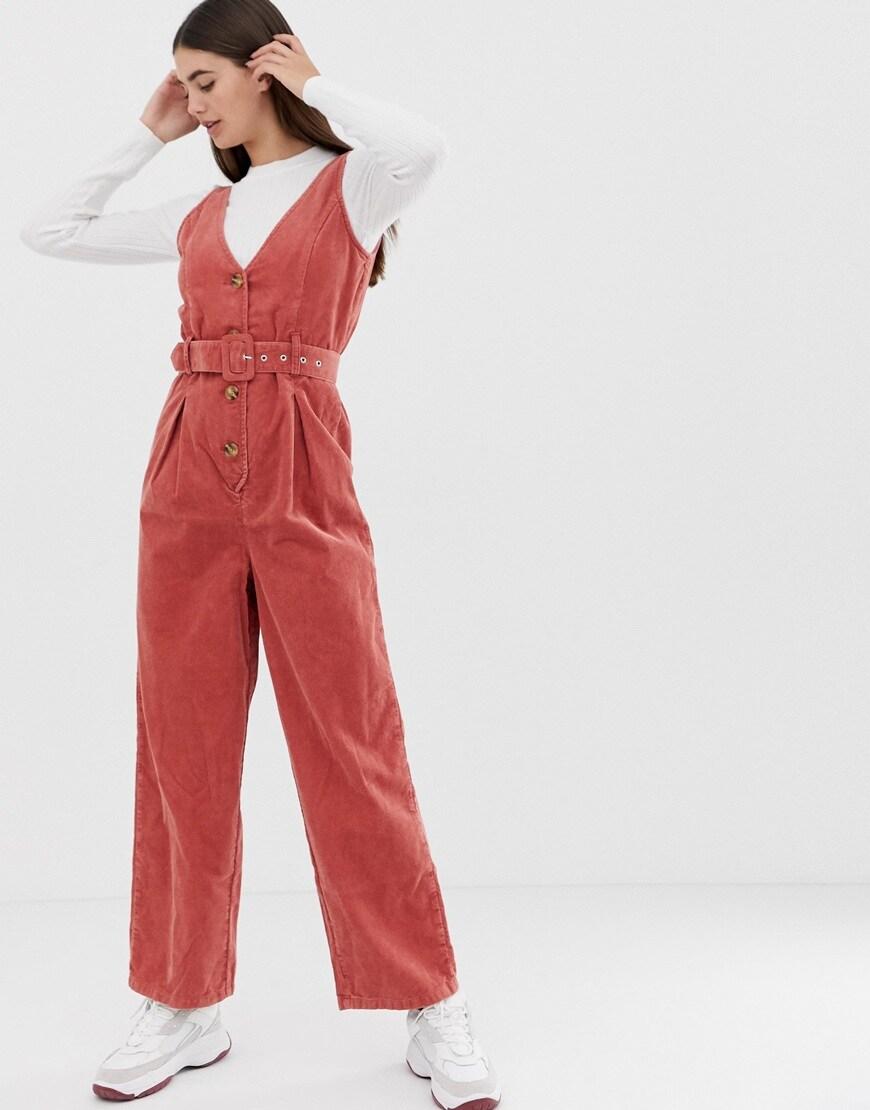 ASOS DESIGN Tall - Combinaison boutonnée en velours côtelé à ceinture - Rouge brique