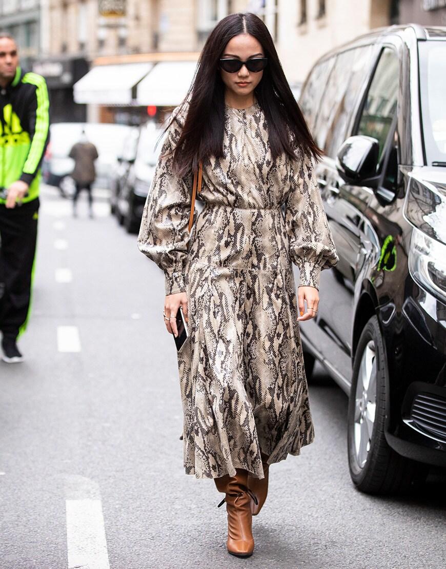 Street style portant une robe midi à imprimé serpent
